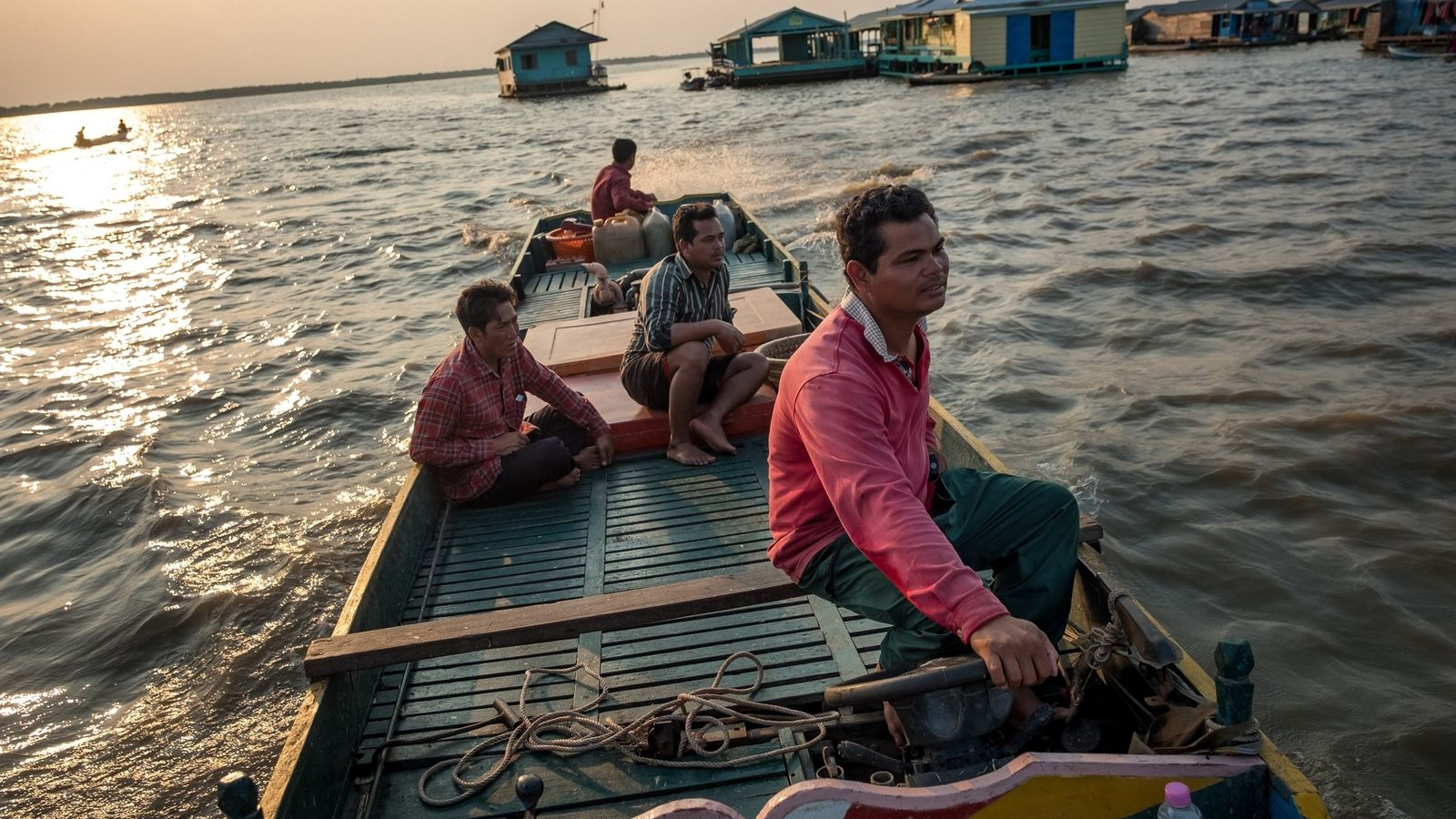 Un pêcheur traverse un village flottant dans le Tonlé Sap. Nombre d'habitants qui vivent aux alentours ...