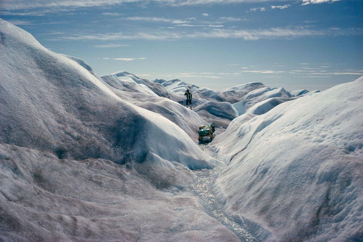 Avec la fonte des glaces, un gouffre se forme sur la calotte polaire du Groenland, le ...