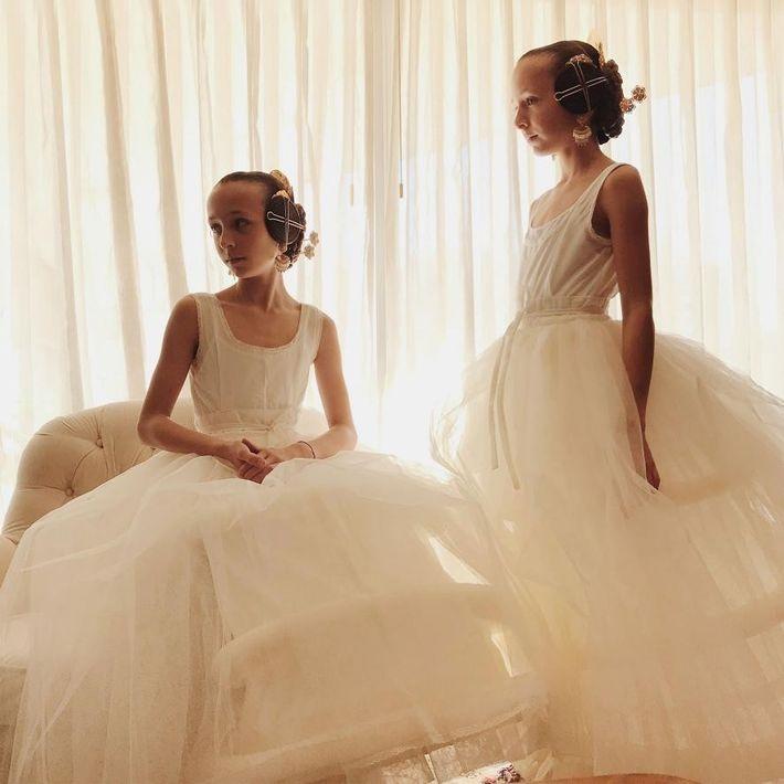 Claudia et Victoria, des jumelles, prennent la pose dans leur jupon volumineux porté sous leur robe ...