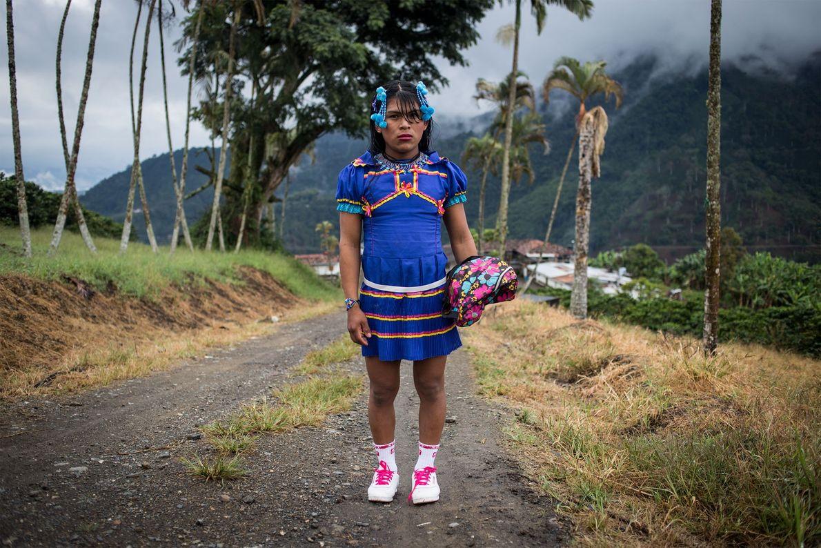 Angélica est habillée pour se rendre au village voisin de Santuario. Tous les samedis, les femmes ...