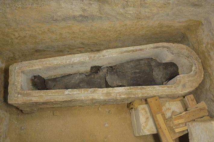 Un prêtre du nom d'Ayput est enterré dans un sarcophage en pierre de forme anthropoïde. Les ...