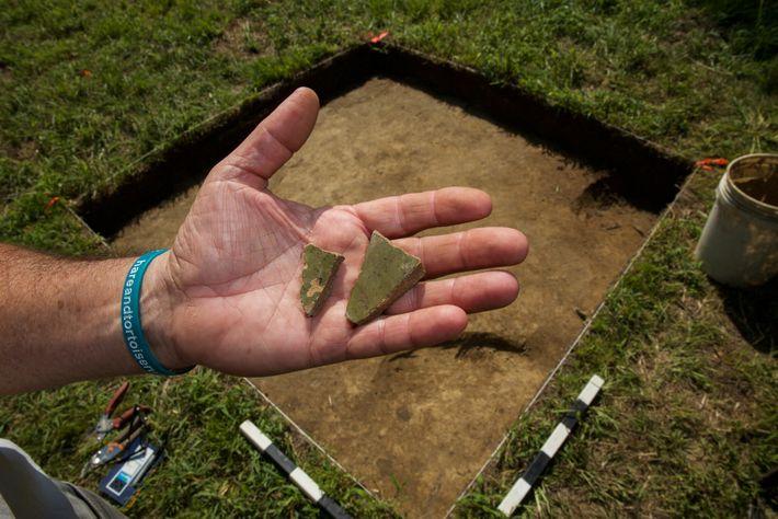 Cette pièce de poterie anglaise trouvée sur le Site X pourrait être un fragment de récipient utilisé ...