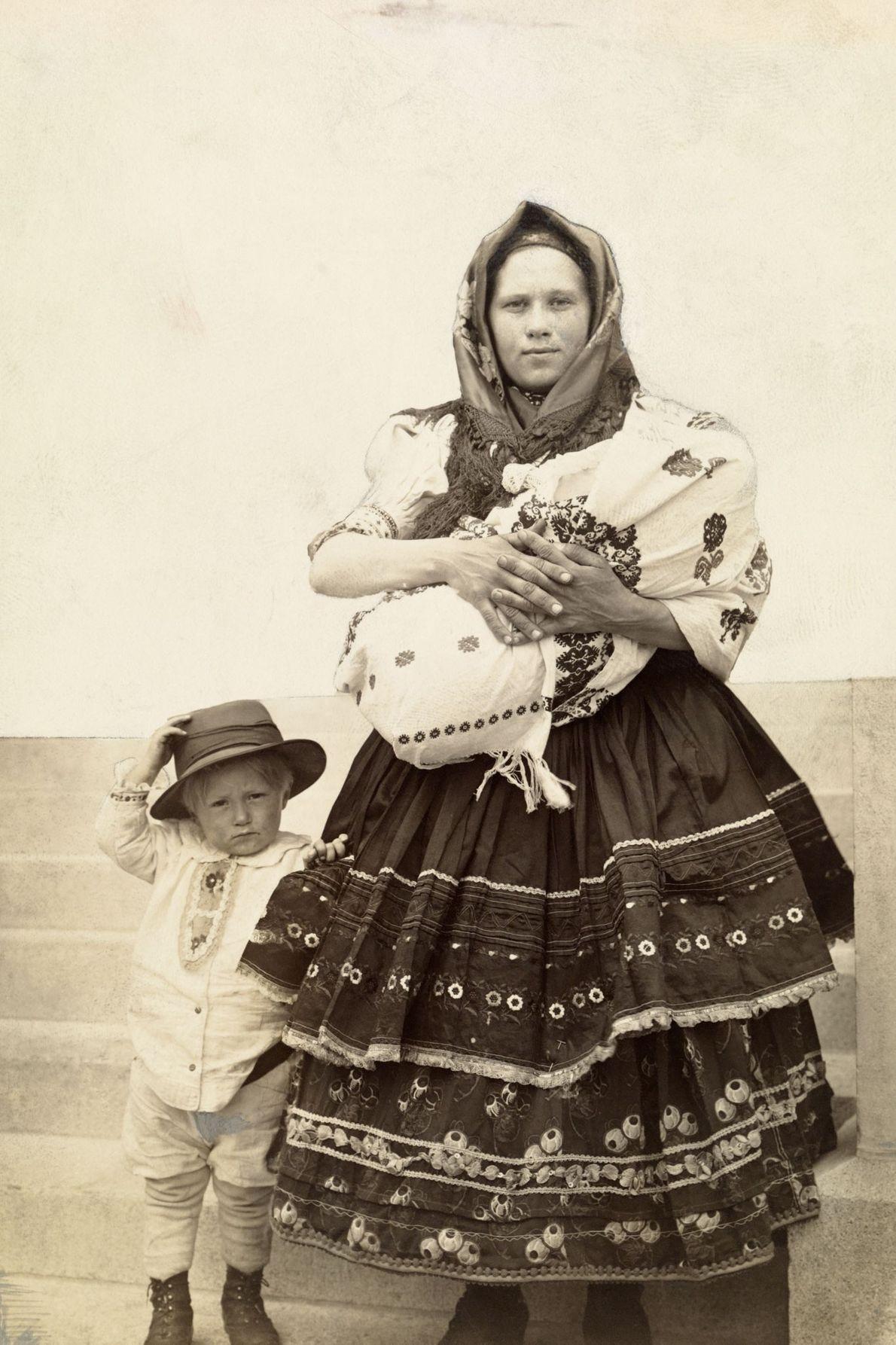 Une immigrante slovaque aux États-Unis tient son bébé dans ses bras, son fils à portée de ...