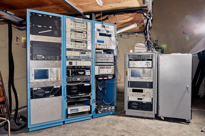 Ensemble d'ordinateurs câblés au laboratoire ADMX.