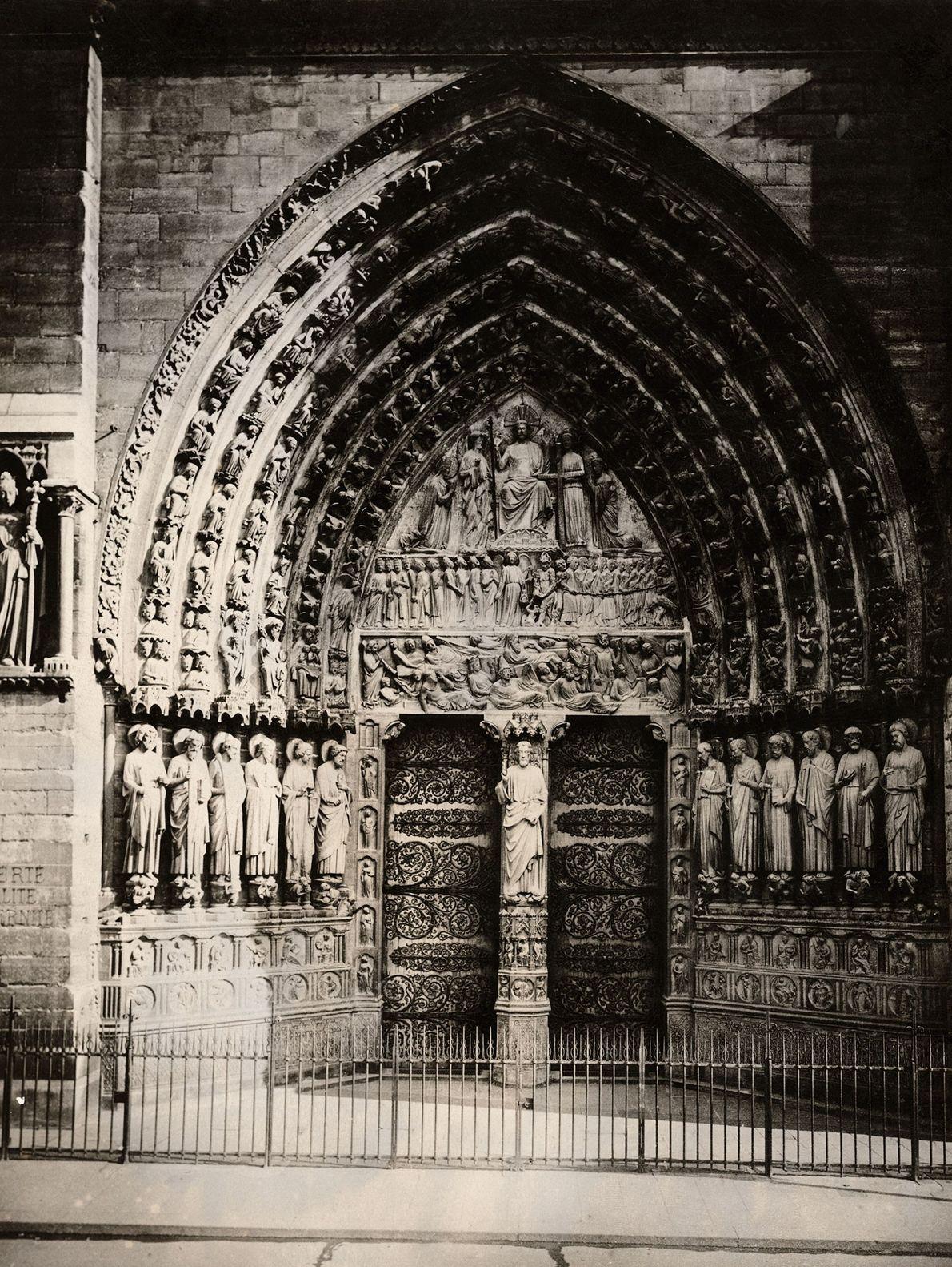 Une pierre gravée sur le portail du jugement dernier de Notre-Dame montre les morts rampant vers ...
