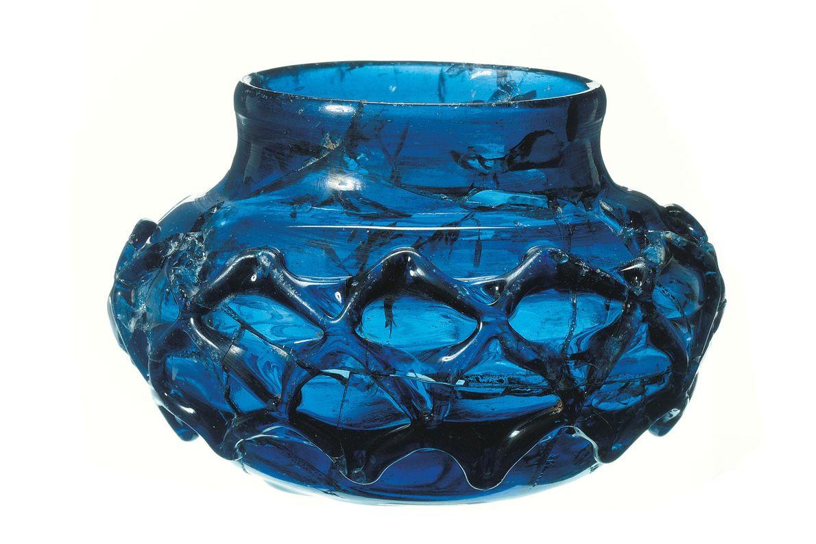 L'un des deux exceptionnels gobelets en verre vieux de 1 400 ans découverts intacts à l'intérieur ...