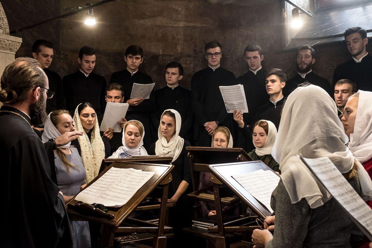 Des membres de la chorale de l'académie de théologie de Kiev chantent la liturgie lors d'une ...
