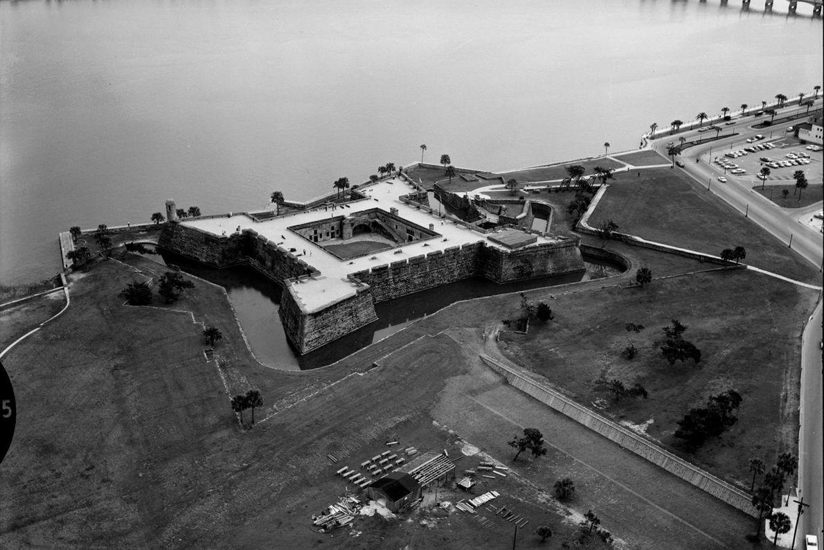 Cette photo aérienne montre le monument national de Castillo de San Marcos, un fort construit près ...