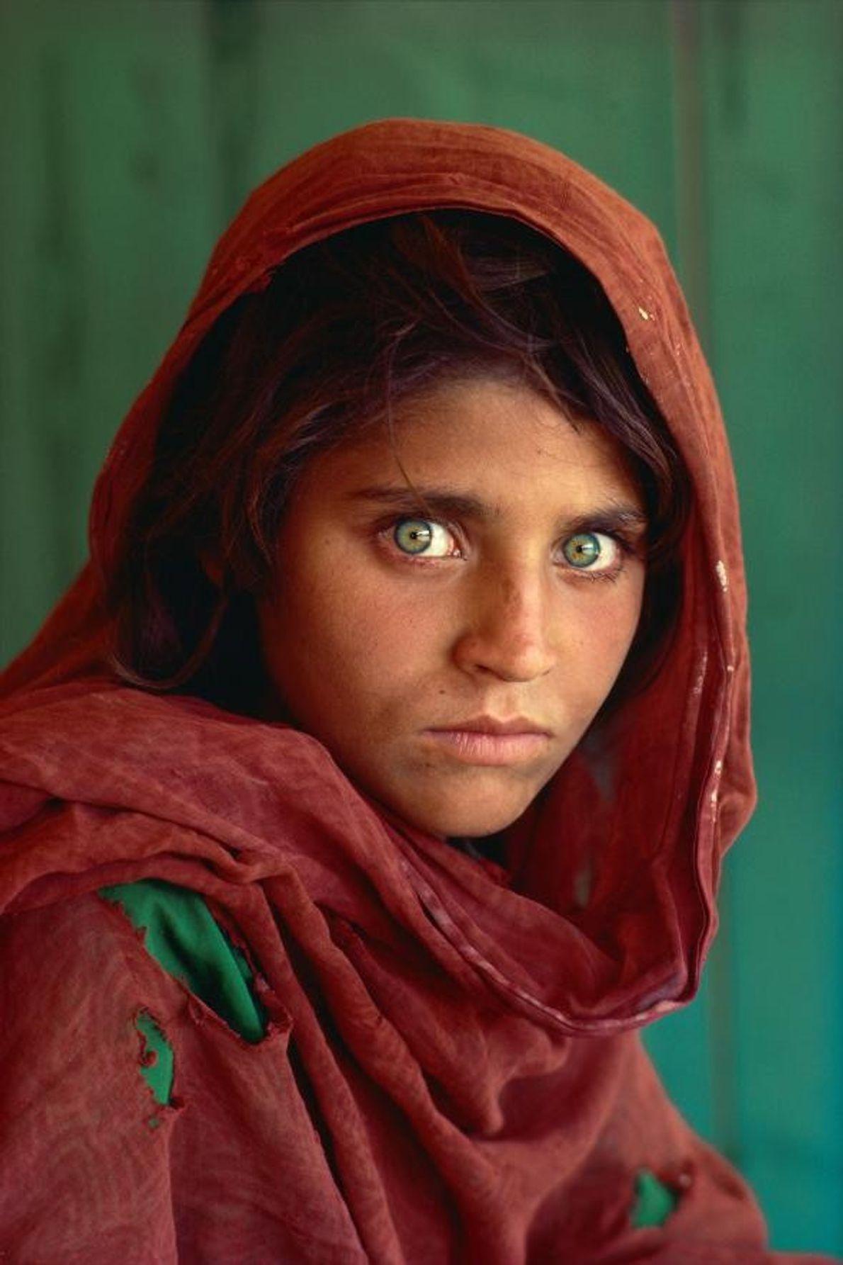 Ce portrait de Sharbat Gula, jeune réfugiée afghane, a fait la couverture du magazine National Geographic ...