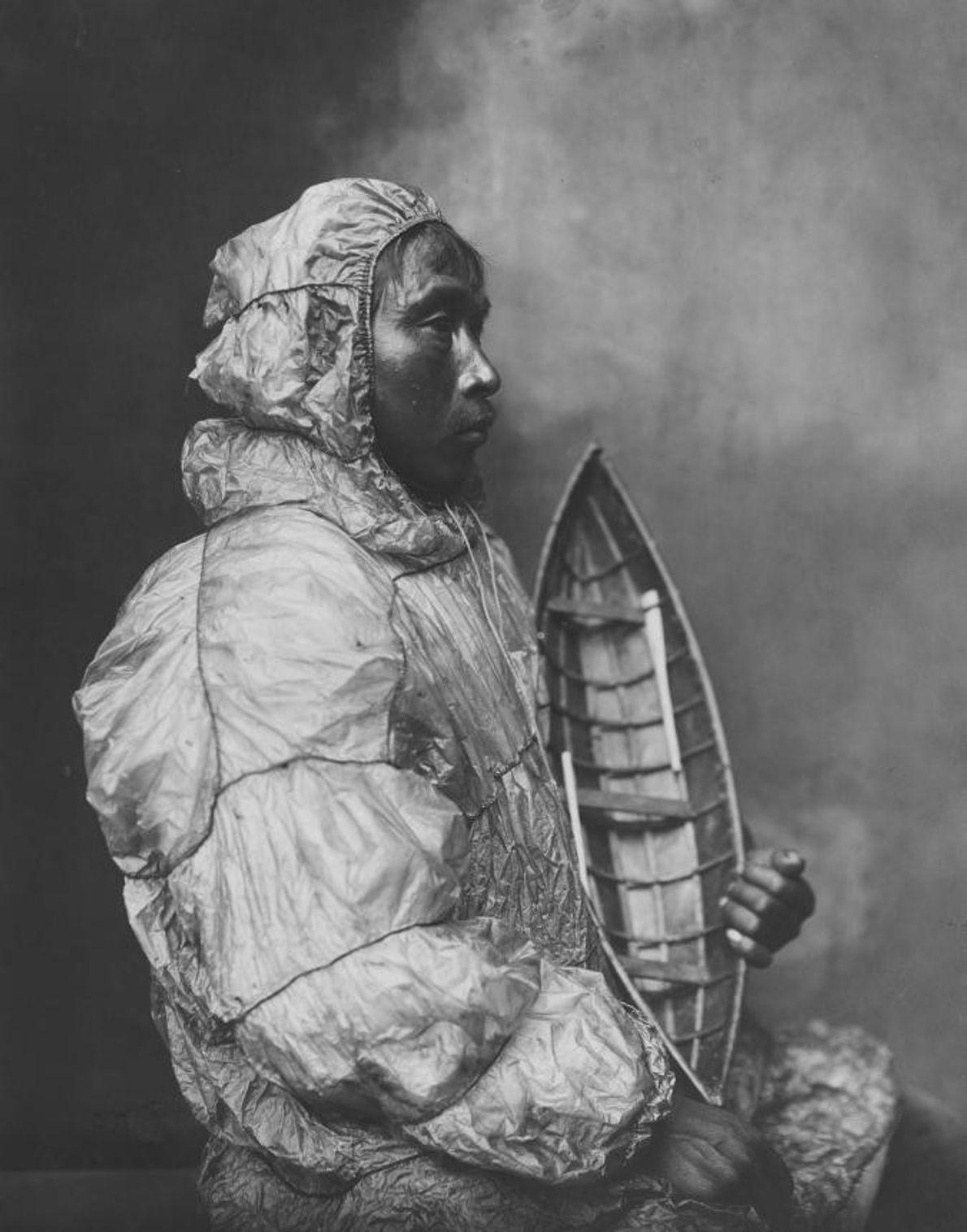 Au début des années 1900, cet Inuit se fait prendre en photo dans un studio de ...