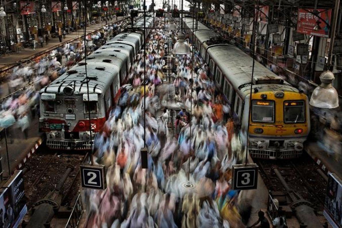 Dans la gare de Churchgate à Bombay en Inde, une foule de personnes aux vêtements colorés ...