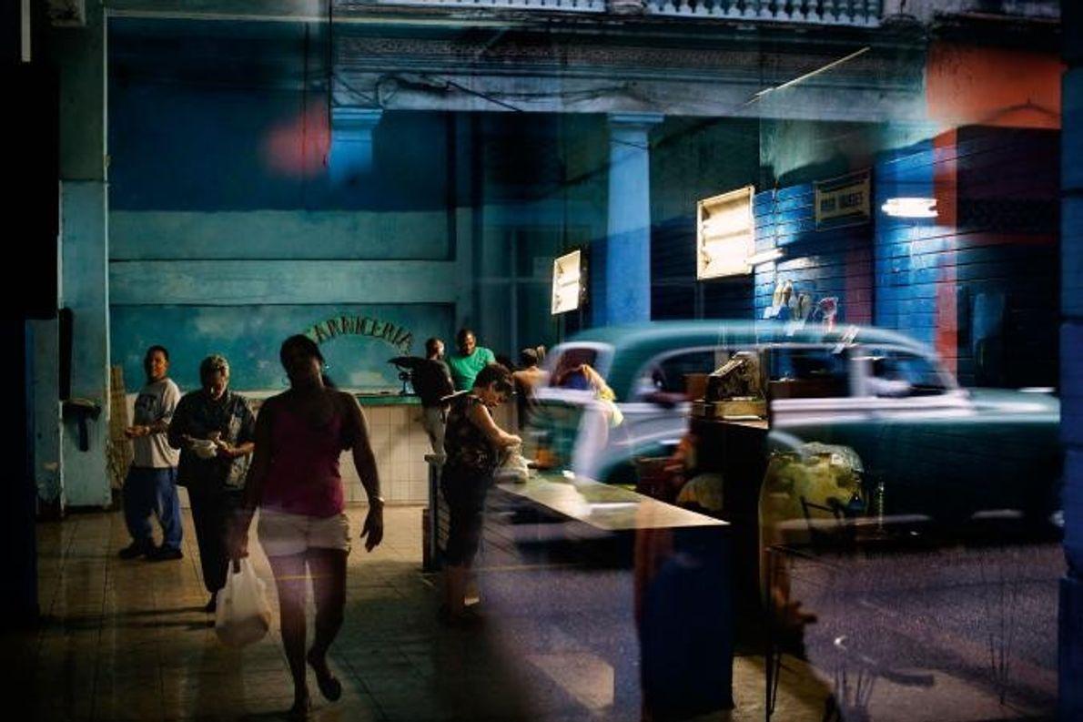 En 2012, à la Havane, à Cuba, des habitants font leurs courses dans un supermarché aux ...