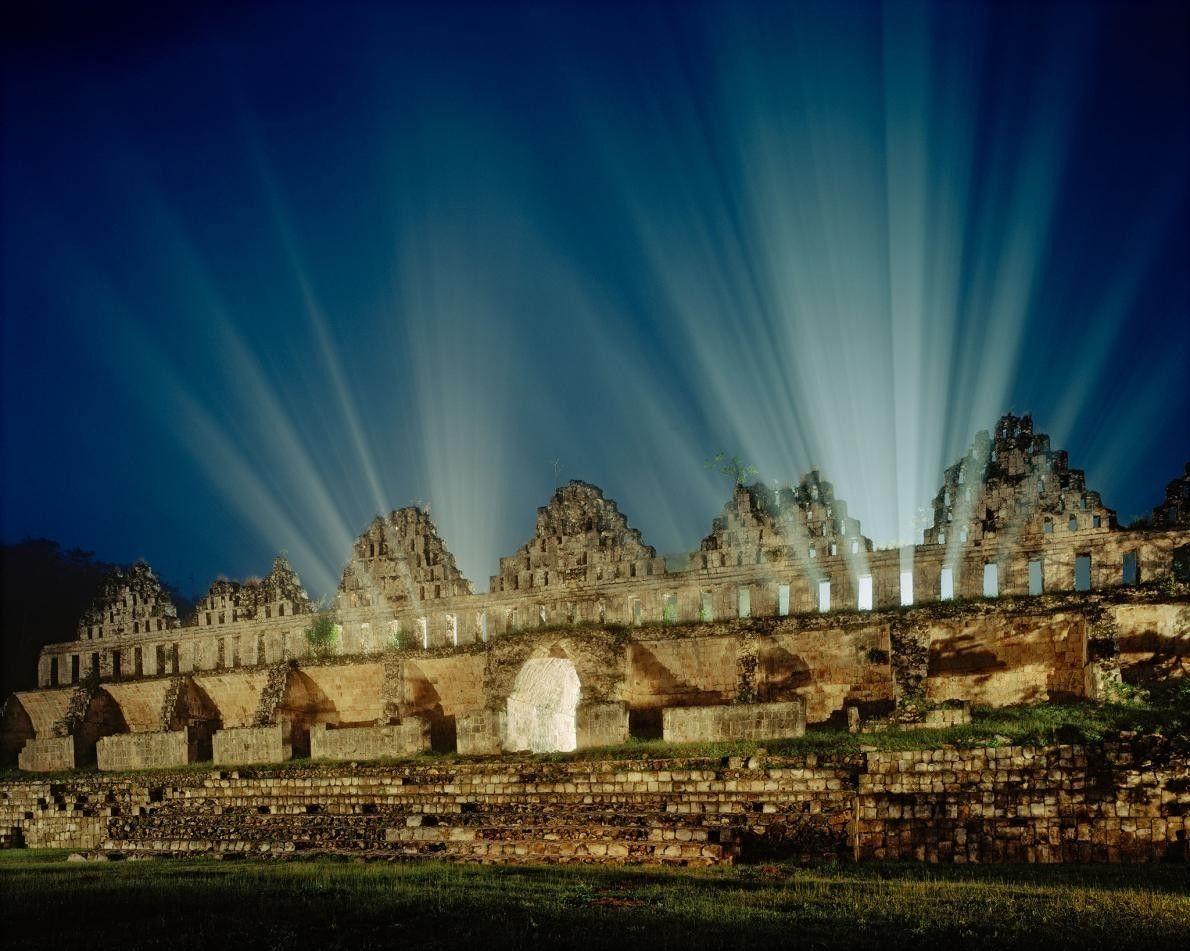 La lumière perce au travers des ruines d'El Palomar, un pigeonnier maya situé à Yucatán, au ...