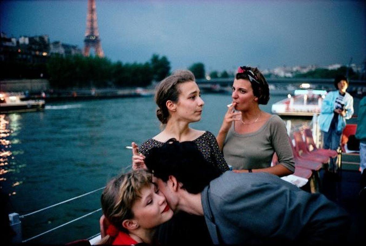 En croisière de nuit sur la Seine, des amis fument et fêtent la fin de l'année ...