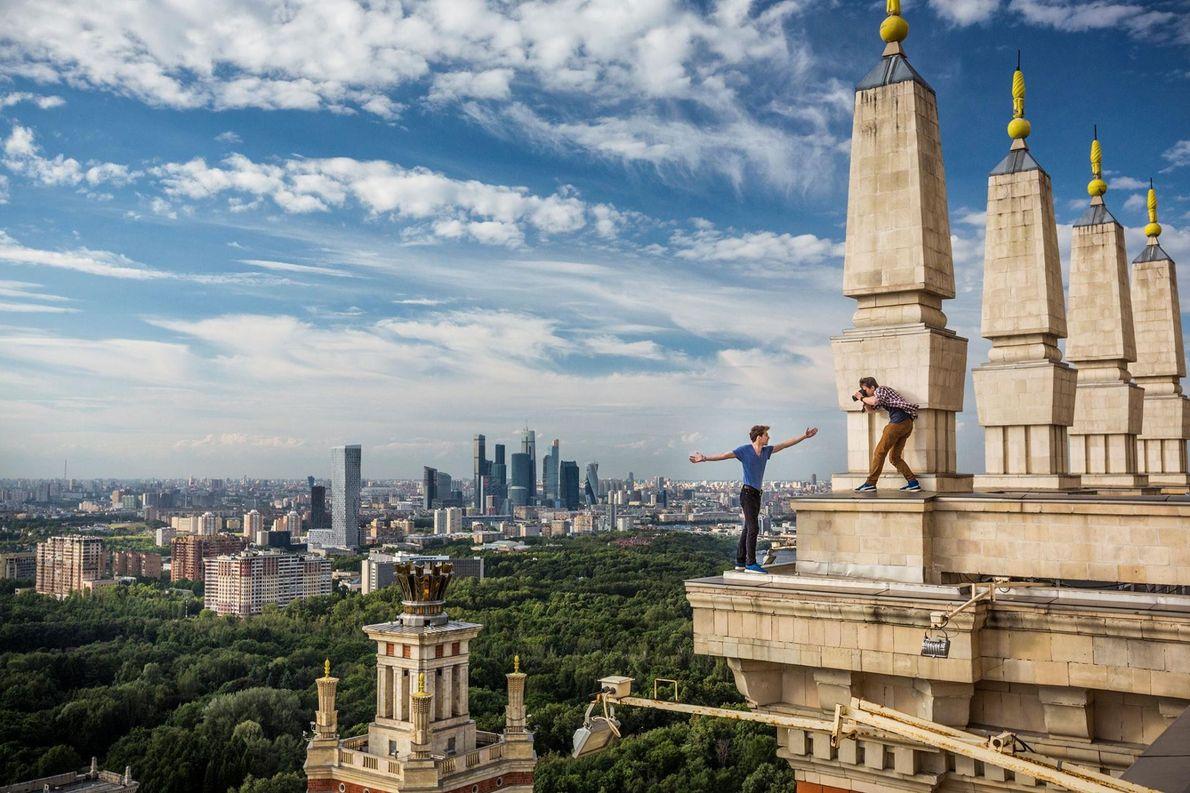Kyrill Vselensky se fait photographier au sommet de la tour principale de l'Université de Moscou par ...