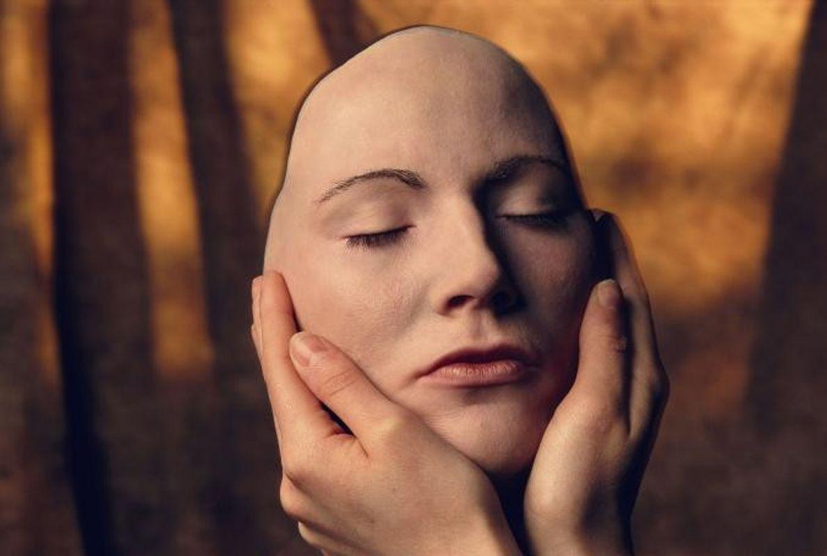 Cassandra Wheatley, mannequin britannique, tient entre ses mains une réplique en silicone de son visage pour ...