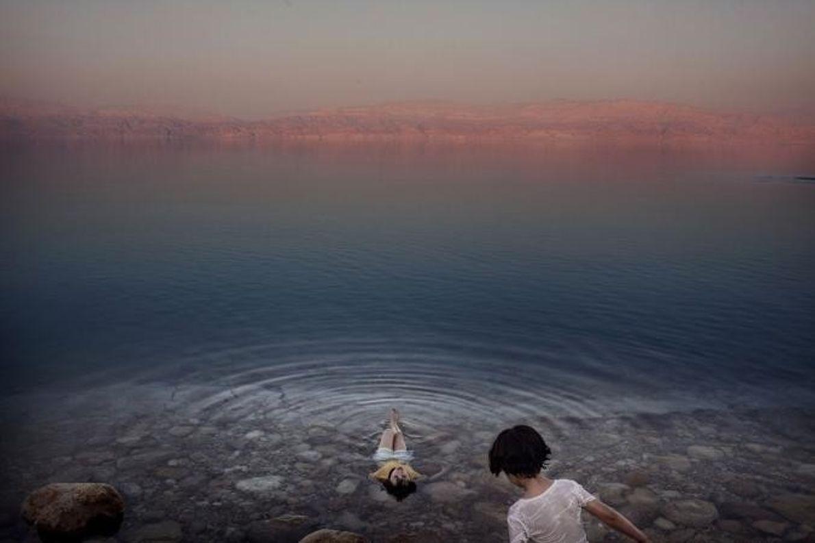 Des jeunes filles d'un village de la berge ouest de la mer Morte se rafraîchissent dans ...