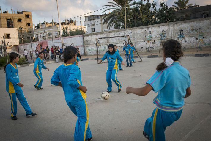 Dans la ville de Beit Lahiyah située au nord de Gaza, des filles jouent au football. ...