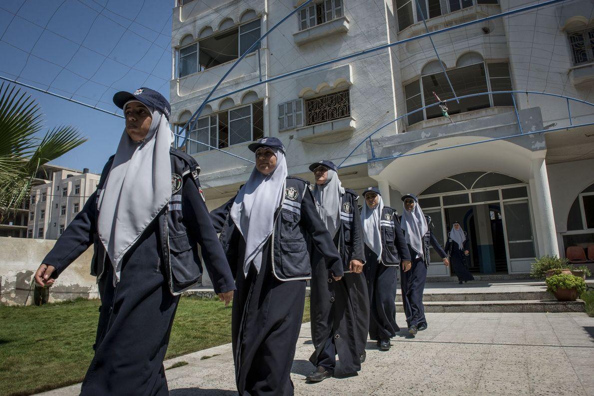De jeunes femmes sont formées afin d'entrer dans la police. Le Hamas se targue d'avoir des ...