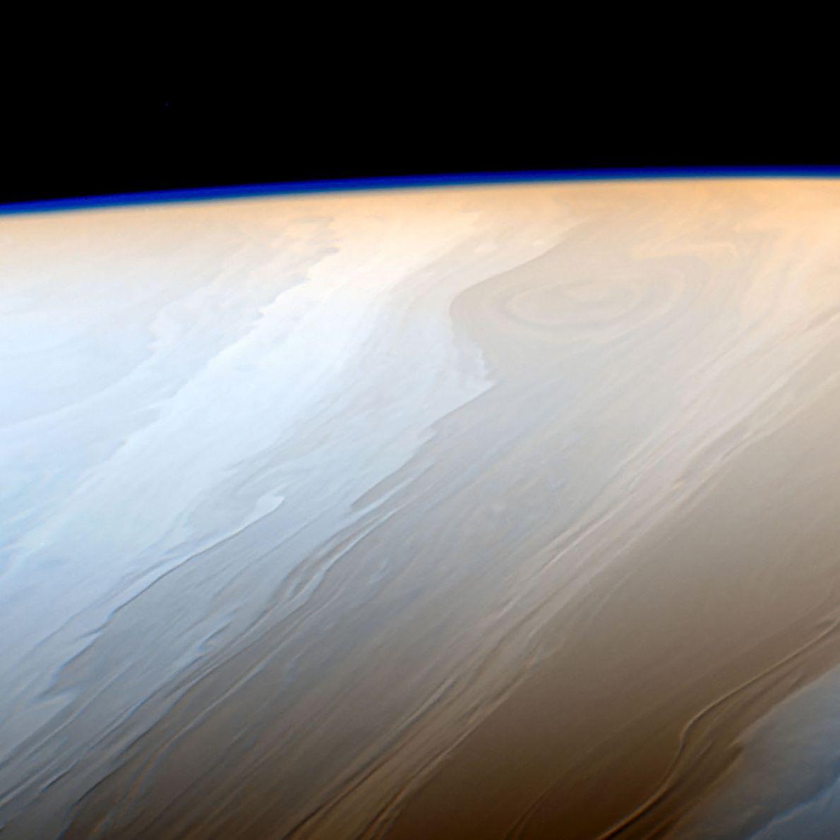 La haute atmosphère de Saturne génère une légère brume sur cette image prise par Cassini.