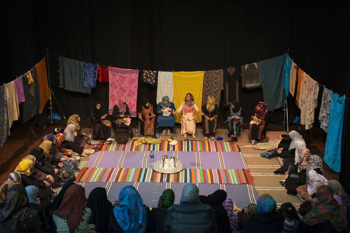 Dans un théâtre de la ville de Gaza, des femmes jouent des pièces dédiées à un ...