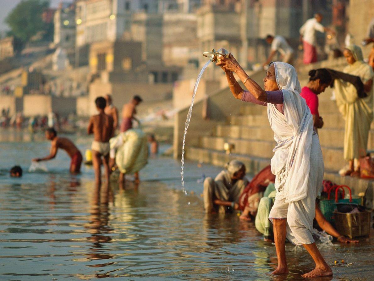 Des Hindous se baignent dans le Gange, surnommé le « fleuve mère ». Si pour les ...