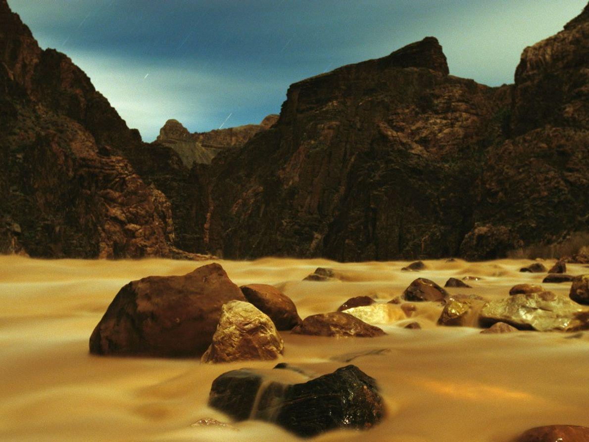 Si le Colorado serpente en toute liberté à travers cette portion de l'Ouest américain, ailleurs, l'Homme ...