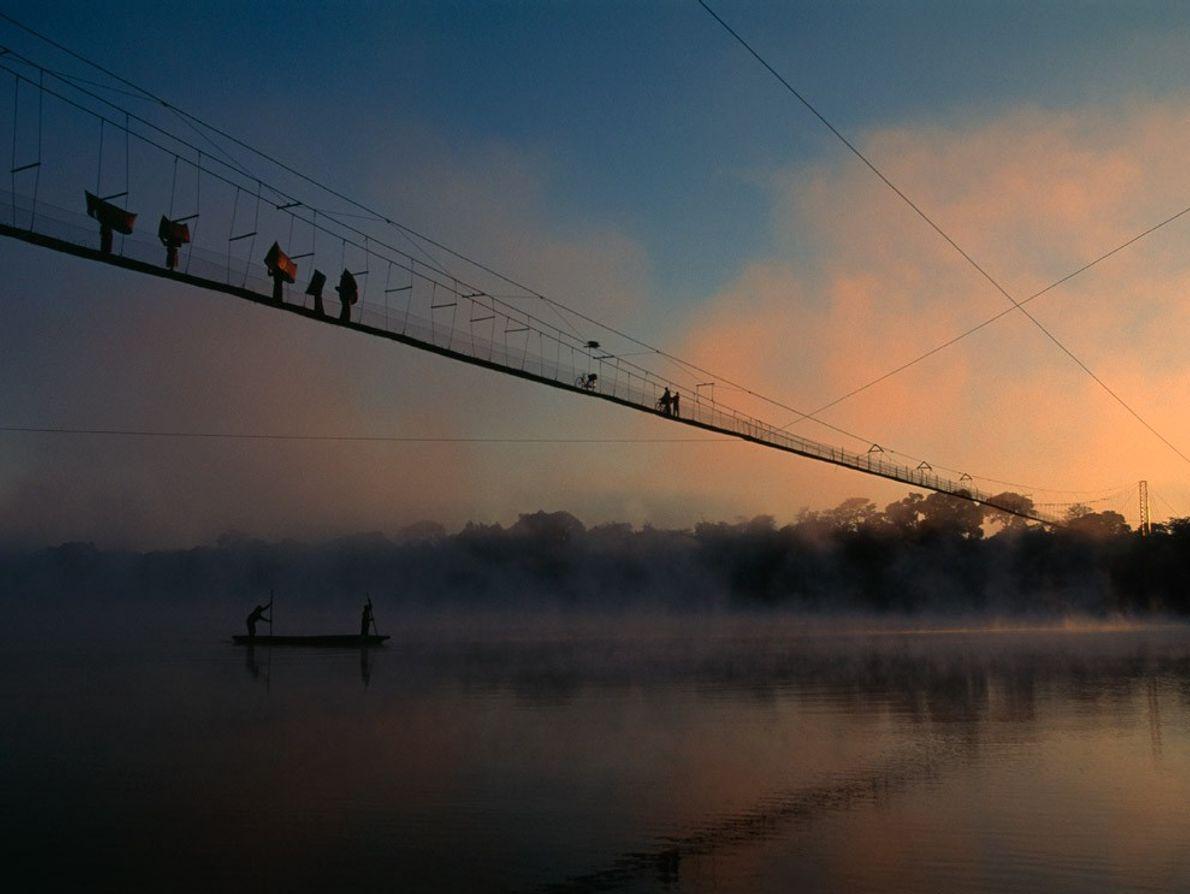 Près de Chinyingi en Zambia, une passerelle suspendue longue de 213 mètres et composé de câbles ...