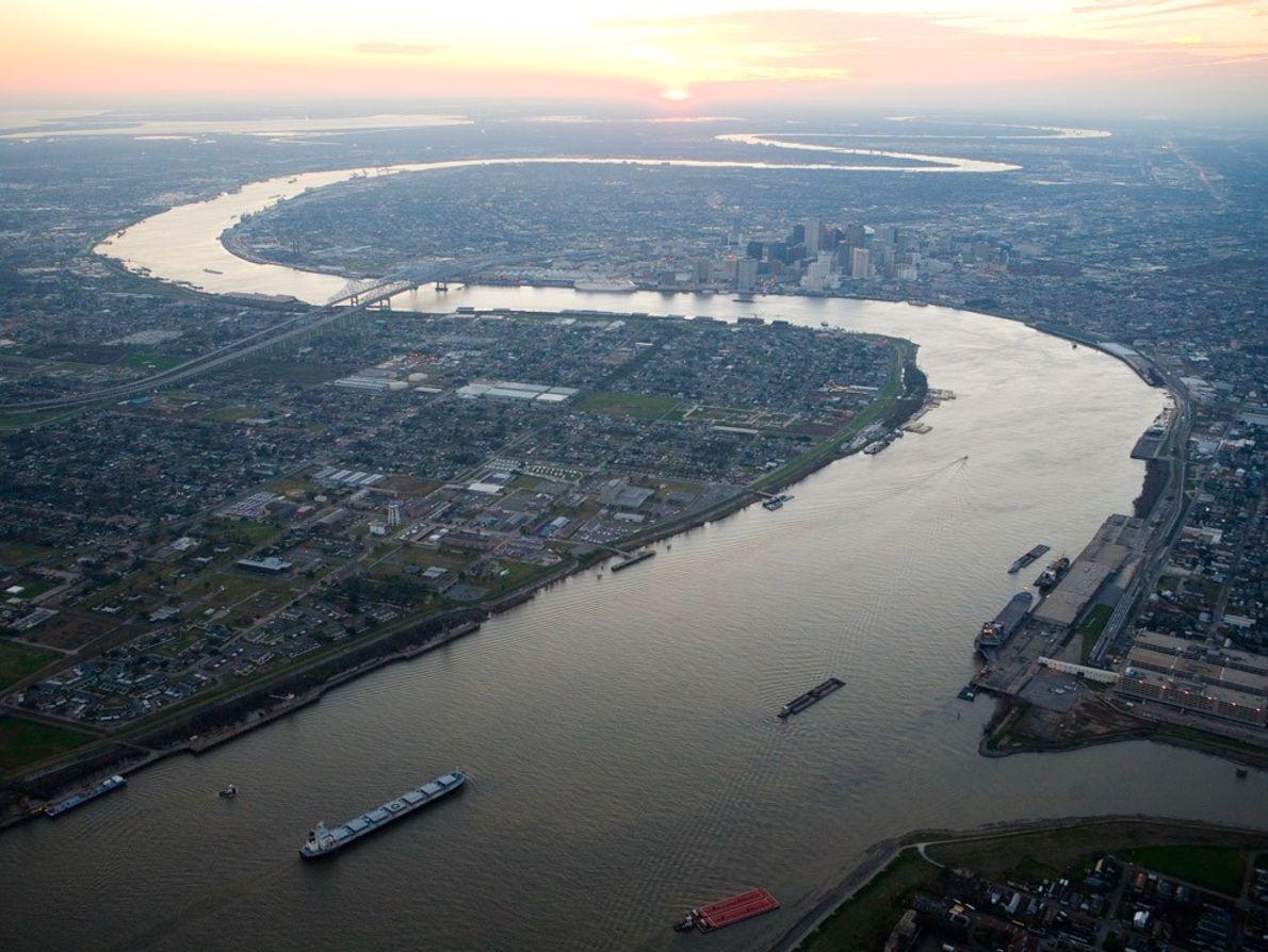 Non loin de son delta du golfe du Mexique, l'impressionnant fleuve Mississippi traverse la ville de ...