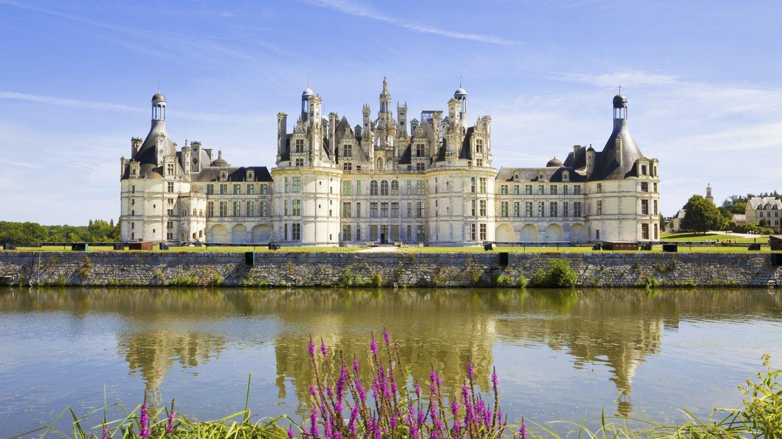 Vue panoramique sur le canal bordant le château de Chambord.