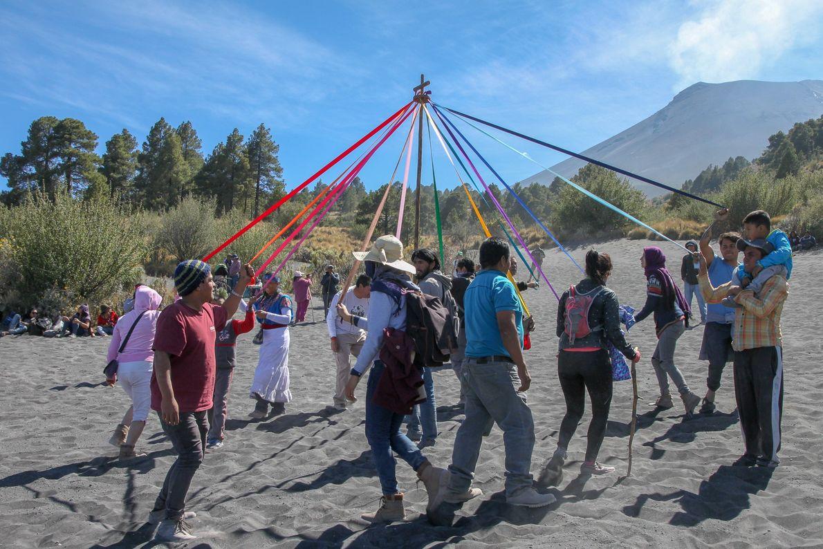 Pour leur première ascension du Popocatepetl, ces fidèles tournent autour du sceptre, en quinconces, pour célébrer ...