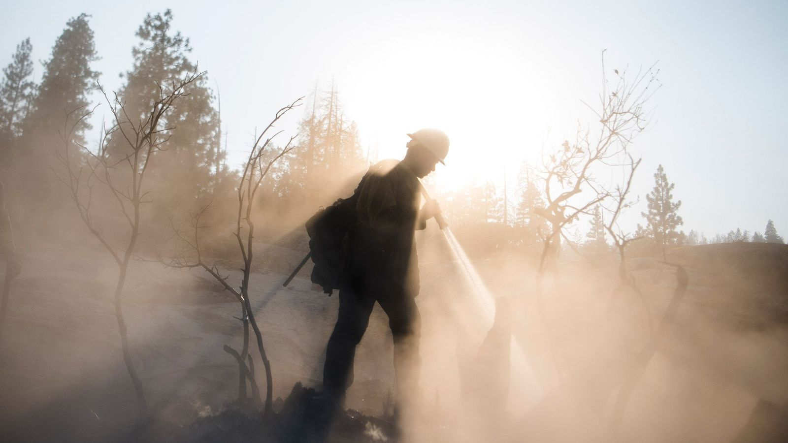 Un pompier appartenant à la brigade du Old El Cajón du comté de San Bernardino commence ...