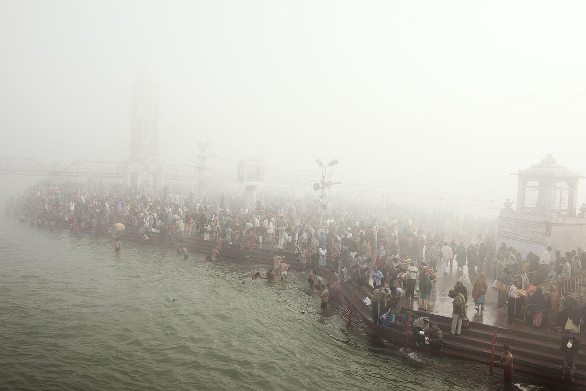 Des hindous entrent dans les eaux du Gange pour se baigner pendant Kumbh Mela, en Inde.