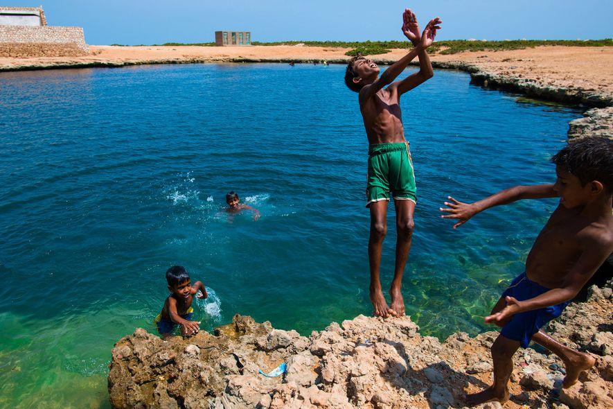 Loin de la guerre civile qui touche le continent yéménite, des enfants de Socotra s'amusent dans ...