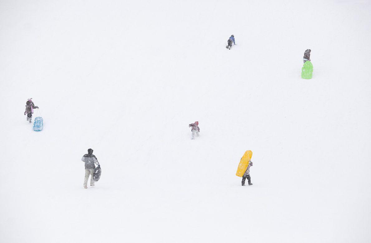 Des randonneurs sont pris dans une tempête de neige à Flagstaff, dans l'Arizona.
