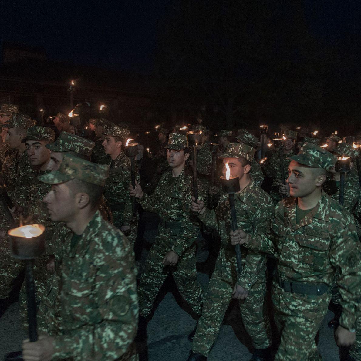 Une marche nocturne pour commémorer l'anniversaire du génocide arménien dans l'enclave du Haut-Karabagh.