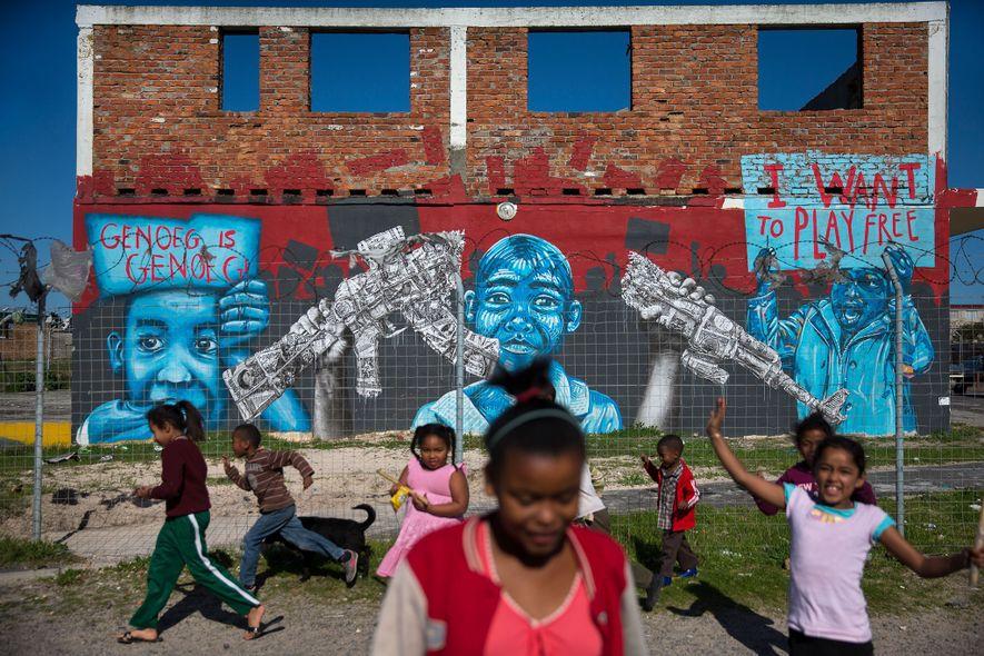 Des enfants jouent dans le quartier de Manenberg, ravagé par les gangs, à Cape Town, en ...