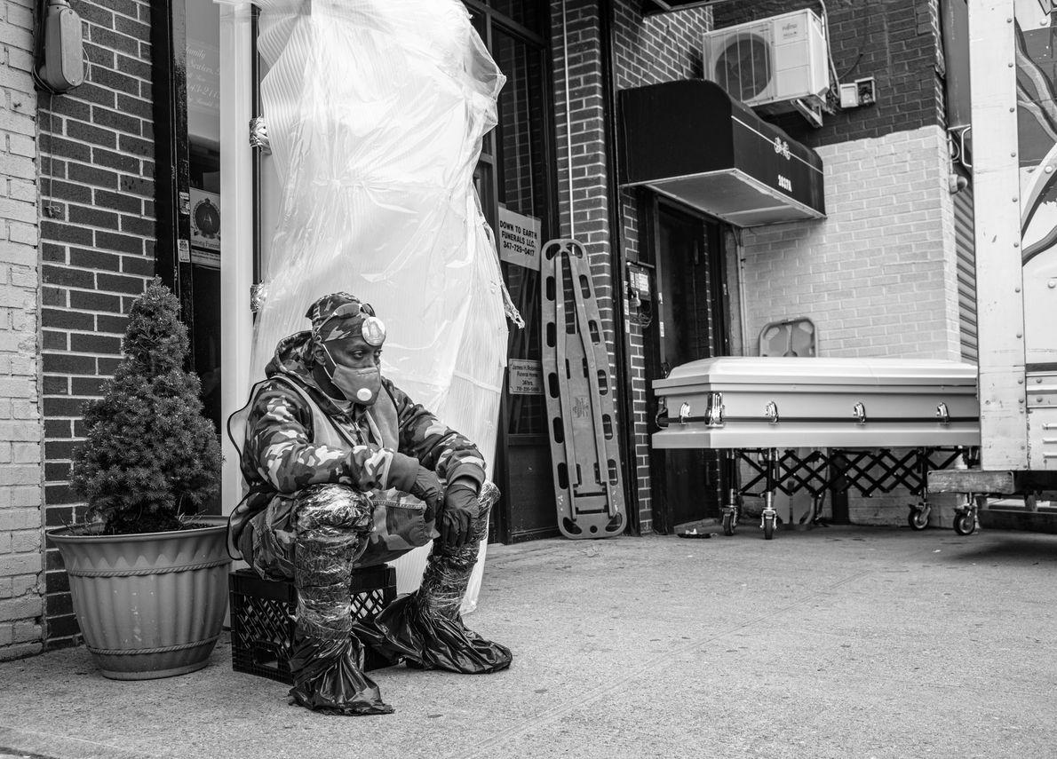 Barry Wilson, assistant au funérarium Andrew T. Cleckley de Brooklyn, s'arrête un moment pour prendre l'air. ...