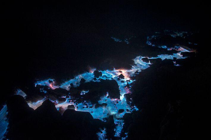 Une rivière ardente de soufre gazeux s'écoule sur les flancs du volcan Kawah Ijen à l'est ...