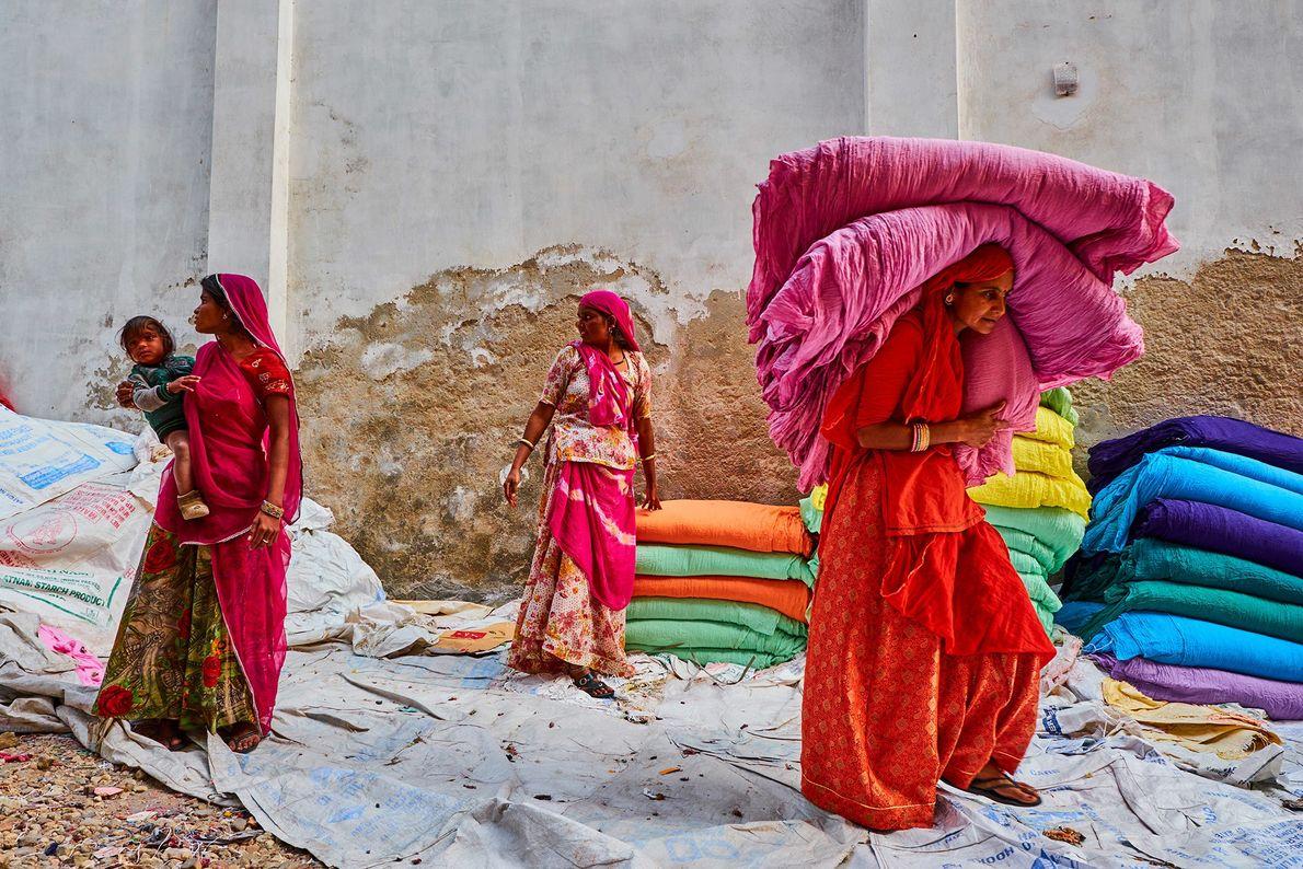 Des femmes au Rajasthan ramassent des saris séchés dans une usine. Avant l'introduction des colorants chimiques au 19e ...