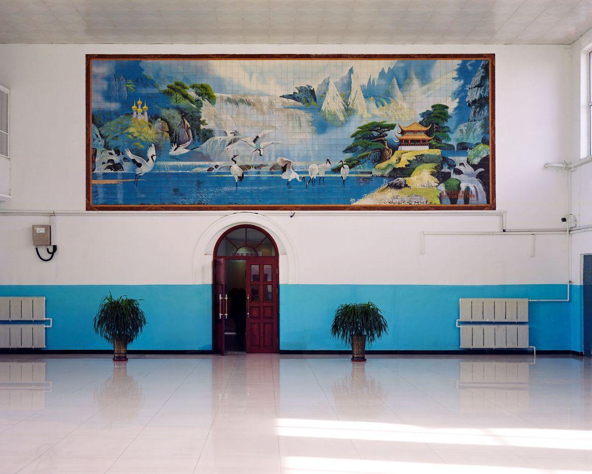 Des grues du Japon sont représentées sur une peinture murale de la gare de Fularji. La ...