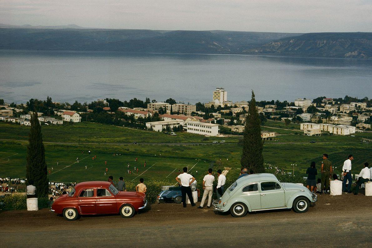Des touristes regardent un match de football depuis une colline à Galilée, en Israël.
