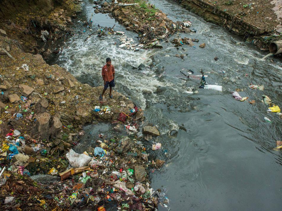 En Inde, les enfants risquent leurs vies pour aller à l'école