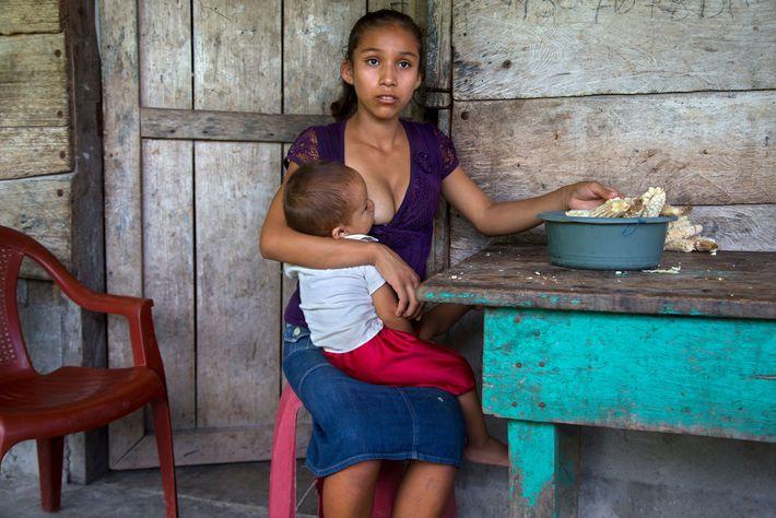 Aracely, 15 ans, pose avec son enfant en 2015. Selon une étude réalisée par le Fonds ...