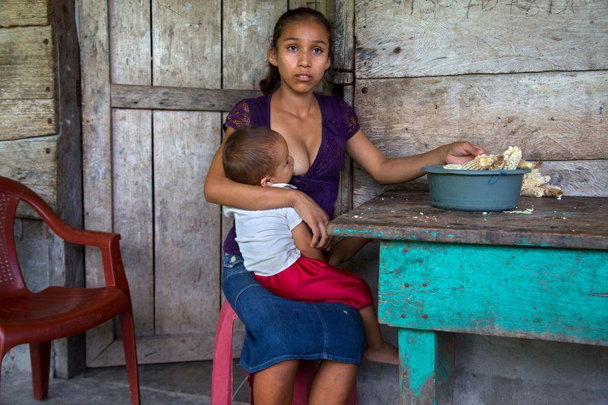Aracely, 15 ans, pose avec son enfant en 2015. Selon une étude réalisée par le Fonds des Nations-Unies pour la population en 2012, 30 % des femmes guatémaltèques âgées de 20 à 24 ans étaient déjà mariées à leurs 18 ans. Ce chiffre pourrait même être plus élevé dans les régions rurales. Les naissances chez les adolescentes sont tellement courantes qu'une loi impose aux mères de moins de 14 ans d'accoucher par césarienne car leurs hanches sont encore trop étroites pour passer par voie basse.