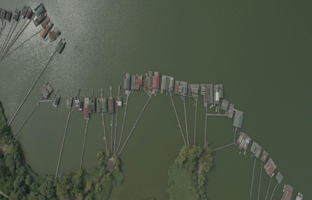 Hongrie : les maisons singulières du lac Bokodi forment un village flottant. Ces habitations ont été créées ...