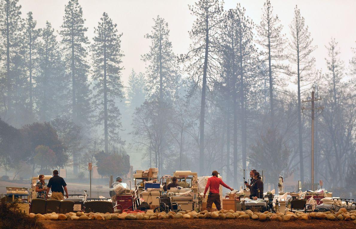 Sur ce cliché du 8 novembre pris en Californie, des sauveteurs se dépêchent d'évacuer des patients ...