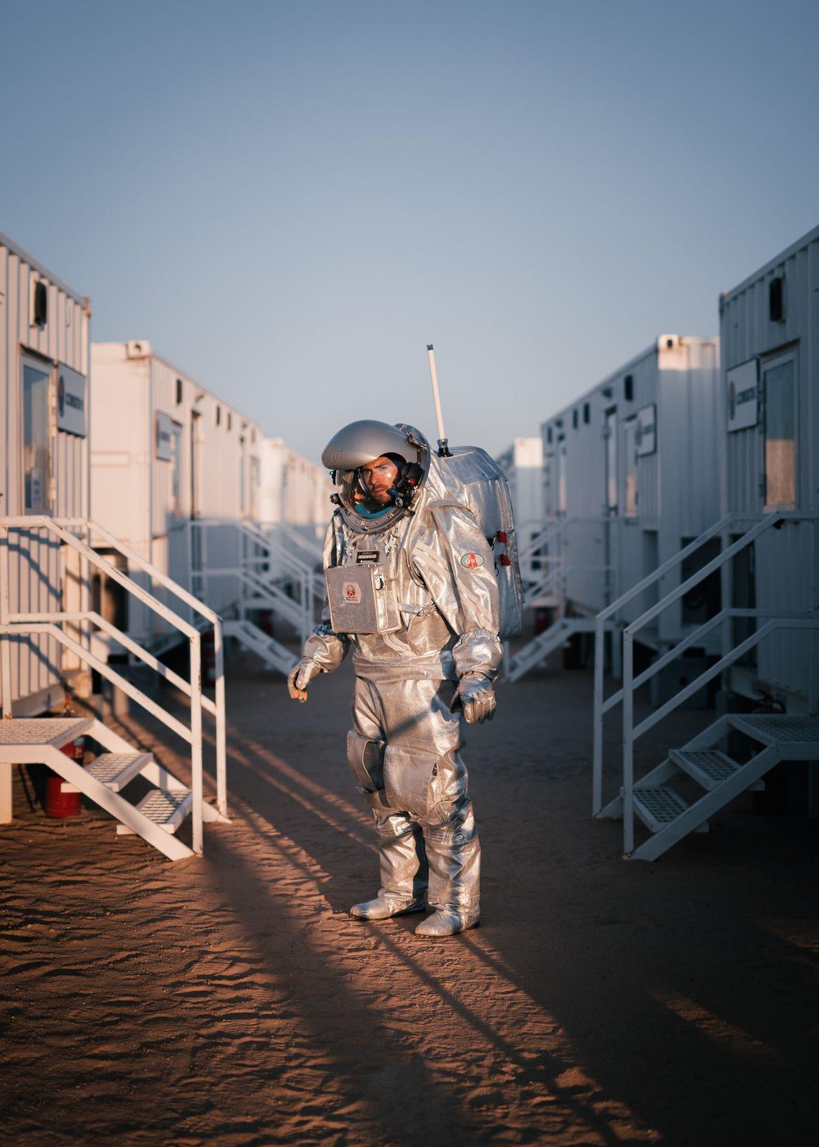 L'« astronaute analogue » João Lousada passe à côté des quartiers de l'équipage de la Station ...