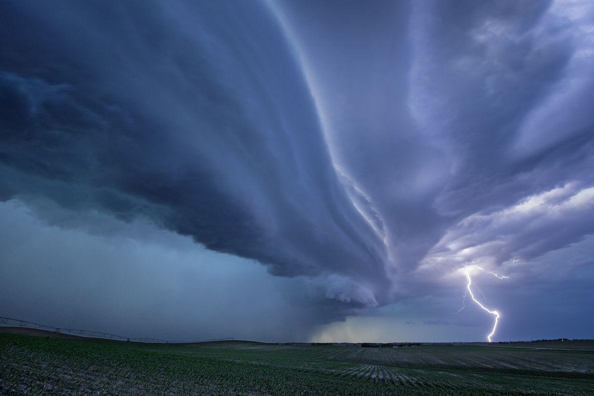 Un éclair zèbre un ciel d'orage.