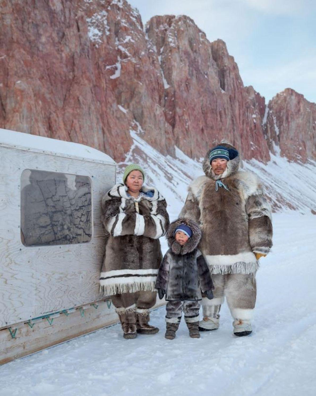Fabriqués en peau de caribou, ces vêtements d'hiver tiennent Valerie et Michael Qaunaq au chaud ; ...